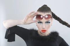 Mulher à moda com composição e óculos de sol da beleza Foto de Stock