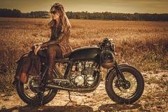 Mulher à moda no piloto feito sob encomenda do café do vintage em um campo Foto de Stock