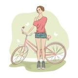 Mulher à moda nova e sua bicicleta Fotografia de Stock Royalty Free