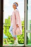 Mulher modelo africana no revestimento alaranjado da mola e em calças azuis fotografia de stock