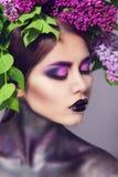 A mulher modelo bonita com florescência floresce em sua cabeça Imagem de Stock Royalty Free