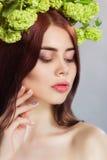 A mulher modelo bonita com florescência floresce em sua cabeça Imagens de Stock