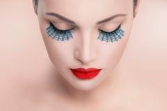 Mulher modelo da beleza com os bordos 'sexy' vermelhos e as pestanas falsas azuis imagem de stock royalty free