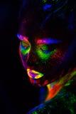 Mulher modelo extraterrestre bonita na luz de néon É retrato do modelo bonito com composição fluorescente, arte Fotografia de Stock Royalty Free