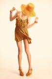 Mulher modelo magro do boho brincalhão da beleza que tem o divertimento Fotos de Stock Royalty Free