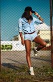 Mulher modelo moderna 'sexy' no pano ocasional das calças de brim Fotos de Stock Royalty Free