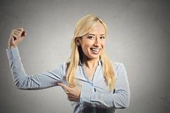 Mulher modelo nova, saudável apta que dobra os músculos imagem de stock