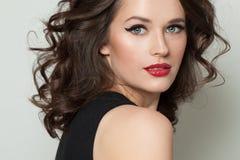 Mulher modelo perfeita com composição e cabelo encaracolado marrom Retrato da mulher da beleza imagens de stock