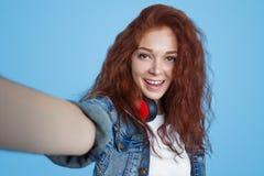 Mulher moderna do ruivo que toma o selfie Fotografia de Stock Royalty Free
