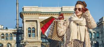 Mulher moderna do viajante em Milão, Itália que olha na distância Imagem de Stock