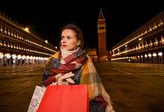 Mulher moderna no revestimento do inverno com estar na praça San Marco Foto de Stock Royalty Free