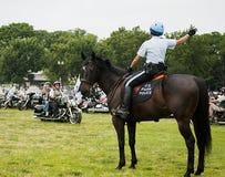A mulher montada da polícia do parque dirige o trovão do rolamento foto de stock