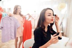 Mulher moreno bonita com batom vermelho nos bordos Menina do close-up com composição bonita foto de stock