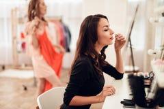 Mulher moreno bonita com batom vermelho nos bordos Menina do close-up com composição bonita fotografia de stock