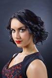 Mulher moreno bonita com penteado perfeito e profissional fotografia de stock