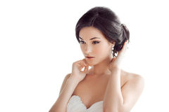 Mulher moreno bonita como a noiva isolada no fundo branco imagens de stock