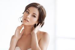 Mulher moreno bonita como a noiva no fundo branco imagem de stock