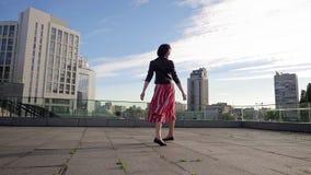 A mulher moreno bonita está dançando no movimento lento filme