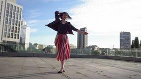 A mulher moreno bonita está dançando no movimento lento vídeos de arquivo