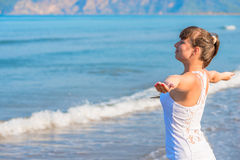 Mulher moreno bonita feliz que olha o mar Imagem de Stock Royalty Free
