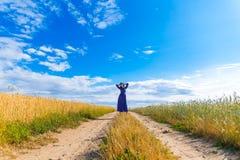 Mulher moreno bonita no campo de trigo Fotos de Stock Royalty Free