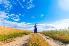 Mulher moreno bonita no campo de trigo Imagem de Stock Royalty Free