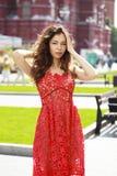 Mulher moreno bonita no vestido vermelho 'sexy' foto de stock