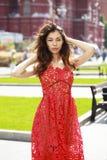 Mulher moreno bonita no vestido vermelho 'sexy' fotos de stock