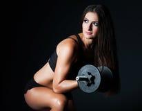 Mulher moreno bonita nova atlética que faz um exercício da aptidão Imagens de Stock