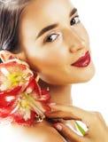 Mulher moreno bonita nova com fim vermelho da amarílis da flor acima mim Imagens de Stock