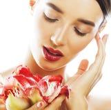 Mulher moreno bonita nova com fim vermelho da amarílis da flor acima mim Foto de Stock