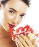 Mulher moreno bonita nova com fim vermelho da amarílis da flor acima mim Imagem de Stock Royalty Free