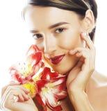 Mulher moreno bonita nova com fim vermelho da amarílis da flor acima mim Fotografia de Stock