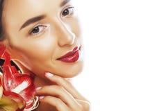 Mulher moreno bonita nova com fim vermelho da amarílis da flor acima mim imagem de stock