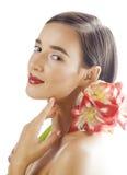 Mulher moreno bonita nova com fim vermelho da amarílis da flor isolada acima no fundo branco Composição extravagante da forma Fotos de Stock Royalty Free