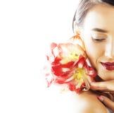Mulher moreno bonita nova com fim vermelho da amarílis da flor acima mim foto de stock royalty free