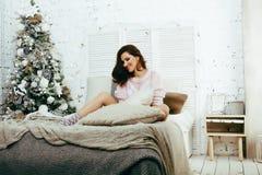 Mulher moreno bonita nova em seu quarto que senta-se na janela, ha fotografia de stock