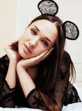 Mulher moreno bonita nova que veste as orelhas de rato 'sexy' do laço, colocando Fotos de Stock