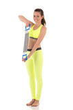 Mulher moreno bonita que aquecem-se para trás e músculos do peito usando o expansor Imagem de Stock