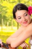 Mulher moreno bonita que encontra-se para baixo em termas exteriores Fotografia de Stock Royalty Free