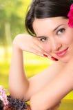 Mulher moreno bonita que encontra-se para baixo em termas exteriores Fotografia de Stock