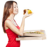 Mulher moreno bonita que guarda a parte de pizza Fotografia de Stock