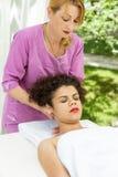 Mulher moreno bonita que toma a massagem principal Imagens de Stock