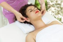 Mulher moreno bonita que toma a massagem principal Fotos de Stock Royalty Free