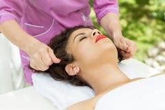 Mulher moreno bonita que toma a massagem principal Foto de Stock