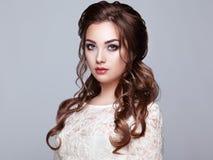 Mulher moreno com cabelo encaracolado longo e brilhante Foto de Stock