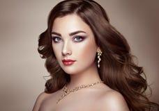 Mulher moreno com cabelo ondulado brilhante longo fotos de stock royalty free