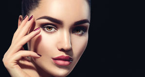 Mulher moreno da beleza com composição perfeita isolada no preto fotos de stock