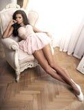 Mulher moreno da beleza na sala à moda Imagens de Stock Royalty Free