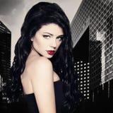 Mulher moreno da forma com cabelo encaracolado preto longo Foto de Stock Royalty Free